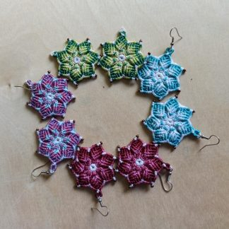 pendientes de macramé mandala hechos a mano. joyería artesanal. pendientes boho. pendientes mandala