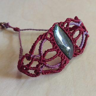 Pulsera original de macramé con obsidiana en color granate rojo y púrpura. pulsera hecha a mano. pulsera de macramé. Pulsera de obsidiana. Es único. Joyería artesanal. Joyería Boho