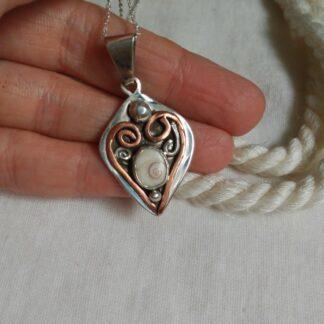 Colgante hecho a mano de plata shiva shell. joyería artesanal. colgante de plata. Artesanal. colgante shiva shell